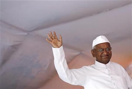 Veteran Indian social activist Anna Hazare waves to his supporters during his public hunger strike in New Delhi August 2, 2012. REUTERS/Adnan Abidi