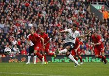 """Нападающий """"Манчестер Юнайтед"""" Робин ван Перси забивает гол с пенальти в ворота """"Ливерпуля"""" в Ливерпуле 23 сентября 2012 года. Поздний пенальти в исполнении Робина ван Перси принес """"Манчестер Юнайтед"""" победу над """"Ливерпулем"""" со счетом 2-1 в дерби северо-западной Англии, что стало первым триумфом """"красных дьяволов"""" на """"Энфилде"""" с 2007 года. REUTERS/Phil Noble"""