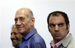 Former Israeli prime minister Ehud Olmert (C) attends the reading of a verdict in his trial at Jerusalem District court July 10, 2012. REUTERS/Gali Tibbon/Pool