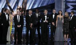 """Alex Gansa (C) aceita prêmio de melhor série dramática para """"Homeland"""" no 64o Primetime Emmy Awards, em Los Angeles. 23/09/2012 REUTERS/Lucy Nicholson"""