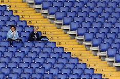 """Болельщицы """"Лацио"""" наблюдают за игрой чемпионата Италии против """"Наполи"""" с трибуны стадиона в Риме, 14 ноября 2010 года. REUTERS/Giampiero Sposito"""