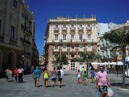 Visitors walk through the streets of Cadiz, Spain in summer 2012. Lined by four-storey buildings with windowed balconies, these thoroughfares appear unchanged from centuries past. Picture obtained on September 21, 2012. REUTERS/David Adams