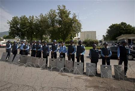 Policemen stand guard in front of the Supreme Court in Islamabad September 18, 2012. REUTERS/Faisal Mahmood