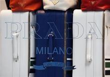 Чемоданы Prada в магазине в Гонконге, 24 июня 2011 года. Итальянский дом моды Prada SpA постарался заверить инвесторов в своей способности наращивать показатели на фоне слабости мировой экономики, подтвердив годовой прогноз прибыли и роста продаж. REUTERS/Bobby Yip