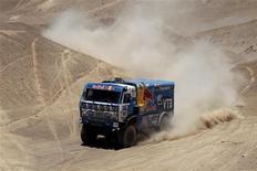 Грузовик Фердауса Кабирова из команды Камаз на ралли Dakar Rally 2011 в Чили 7 января 2011 года. Крупнейший производитель грузовиков в РФ Камаз увеличил чистую прибыль за первое полугодие 2012 года в 31,4 раза до 2,7 миллиарда рублей, следует из отчета компании, опубликованного во вторник. REUTERS/Eric Gaillard