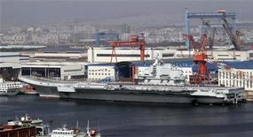 """Porta-aviões """"Liaoning"""" vai ajudar a defender o território chinês e a expandir o poderio marítimo do país. 25/09/2012. REUTERS/Stringer (CHINA - Tags: MILITARY POLITICS)"""