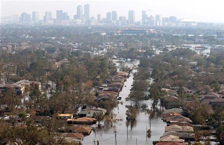 Thousands of houses in New Orleans, Louisiana with the downtown skyline in the background remain under water one week after Hurricane Katrina went through Louisiana, Mississippi, and Alabama September 5, 2005. REUTERS/Allen Fredrickson