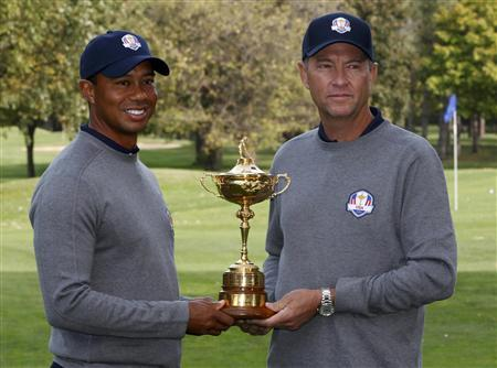 U.S. captain Davis Love III poses with Tiger Woods and the Ryder Cup during the 39th Ryder Cup golf matches at the Medinah Country Club in Medinah, Illinois, September 25, 2012. REUTERS/Jeff Haynes