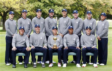 U.S. Ryder Cup team members (front, L-R) Phil Mickelson, Matt Kuchar, captain Davis Love III, Tiger Woods, Keegan Bradley and (back, L-R) Zach Johnson, Webb Simpson, Jim Furyk, Bubba Watson, Dustin Johnson, Brandt Snedeker, Steve Stricker and Jason Dufner pose for a team photo during the 39th Ryder Cup golf matches at the Medinah Country Club in Medinah, Illinois, September 25, 2012. REUTERS/Jeff Haynes