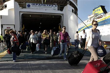 Passengers arrive at the port of Piraeus during a 24-hour labour strike in Athens September 26, 2012. REUTERS-Yorgos Karahalis