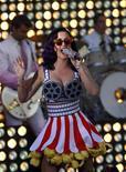 """Кэти Перри выступает на премьере фильма """"Кэти Перри: часть меня"""" в Голливуде, 26 июня 2012 года. Журнал Billboard назвал женщиной года молодую поп-звезду Кэти Перри, которая прославилась тем, что экранизировала и """"перепела"""" свой бракоразводный процесс. REUTERS/Mario Anzuoni"""