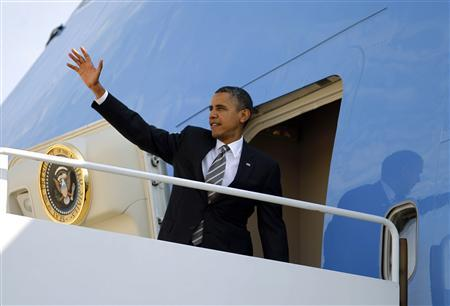 U.S. President Barack Obama waves from Air Force One at Andrews Air Force Base near Washington, September 26, 2012. Obama is traveling to Ohio for election campaigning. REUTERS/Jason Reed