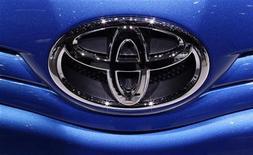 Логотип Toyota на автомобиле в Женеве, 2 марта 2010 года. Toyota Motor Corp с осторожностью смотрит на возможность расширения в Европе, где японский автопроизводитель легко теряет деньги, но по-прежнему планирует увеличить продажи в регионе на 10.000 или более автомобилей в 2012 году с 822.000, реализованных годом ранее, сказали руководители компании. REUTERS/Valentin Flauraud