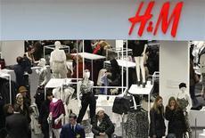Люди ходят по магазину Hennes & Mauritz в Москве, 13 марта 2009 года. Мрачные настроения потребителей, дождливая погода и негативные колебания валютных курсов сократили маржу и замедлили рост прибыли Hennes & Mauritz в третьем квартале, сообщил второй по величине в мире ритейлер одежды в четверг. REUTERS/Denis Sinyakov