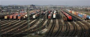 Грузовые поезда стоят на ж/д путях под Гамбургом, 16 ноября 2007 года. Чистая прибыль крупнейшего в РФ железнодорожного оператора контейнеров Трансконтейнер в первом полугодии 2012 года выросла вдвое до 2,74 миллиарда рублей, сообщила компания в четверг. REUTERS/Christian Charisius