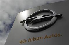 """Стела с логотипом и девизом Opel у штаб-квартиры компании в Рюссельсхайме, 17 июля 2012 года. Opel рассчитывает продать более миллиона автомобилей в текущем году, но не ждет """"попутного ветра"""" в 2013-м, сказал Рейтер глава подразделения по продажам Opel Альфред Рик. REUTERS/Alex Domanski"""