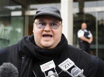 Fundador do Megaupload, Kim Dotcom, fala com a imprensa do lado de fora da Corte de Apelações da Noza Zelândia, em Wellington. A agência de espionagem da Nova Zelândia realizou vigilância ilegal sobre o fundador do site Megaupload, Kim Dotcom, de acordo com um relatório oficial. 20/09/2012 REUTERS/Mark Coote