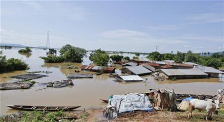 A village is seen submerged by floodwaters at the foot of the Murtala Mohammed Bridge in Lokoja, Kogi state September 24, 2012. Picture taken September 24, 2012. REUTERS/Afolabi Sotunde