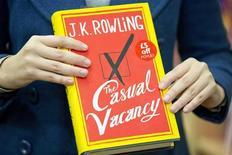 """Женщина держит в руках новый роман Дж.К.Роулинг """"Свободное место"""" в книжном магазине в центре Лондона, 27 сентября 2012 г. Первому роману для взрослых создательницы Гарри Поттера Дж.К.Роулинг было предначертано, чтобы его сравнивали с успешными книгами о мальчике-волшебнике, однако новое произведение британской писательницы получило весьма смешанные отзывы. REUTERS/Neil Hall"""