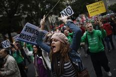 Protesters shout slogans during a protest against cuts in public education in central Madrid September 27, 2012. REUTERS/Susana Vera