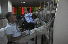 Инвесторы в брокерской фирме в китайском городе Хэфэй 27 августа 2012 года. Азиатские фондовые рынки, кроме Японии, выросли благодаря надежде инвесторов на экономические реформы в Испании и стимулирующие меры китайского правительства. REUTERS/Stringer