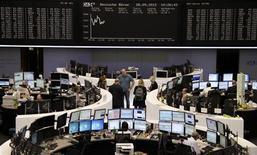 Торговый зал Франкфуртской фондовой биржи, 28 сентября 2012 года. Европейские акции растут после публикации бюджета Испании, усилившего надежду инвесторов на то, что страна обратится за международной финансовой помощью. REUTERS/Remote/Marte Kiessling