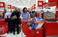 Shoppers checkout at a Target store in Falls Church, Virginia May 28, 2010. U.S. consumer spending was unexpectedly flat in April but real disposable incomes recorded their biggest increase in nearly a year a government report showed on Friday. REUTERS/Kevin Lamarque
