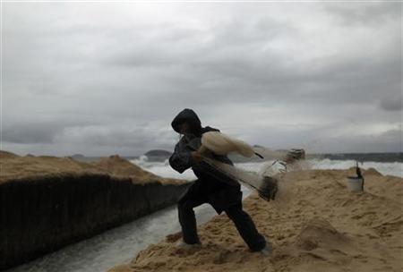 A fisherman throws his net at the Ipanema beach in Rio de Janeiro September 26, 2012. REUTERS/Pilar Olivares
