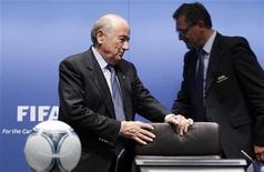 O presidente da Fifa, Joseph Blatter (E) chega com o secretário-geral da Fifa, Jérôme Valcke, para coletiva de imprensa em Zurique. 28/09/12 REUTERS/Michael Buholzer