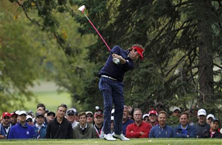 U.S. golfer Bubba Watson hits his tee shot on the fourth hole during the afternoon four-ball round at the 39th Ryder Cup matches at the Medinah Country Club in Medinah, Illinois, September 28, 2012. REUTERS/Matt Sullivan