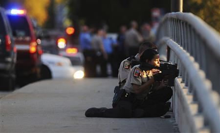 Minnesota State Patrol officers man the Penn Avenue bridge over Bassett's Creek near the scene of a triple shooting at a business on the 2300 block of Chestnut Avenue West in Minneapolis, Minnesota, September 27, 2012. REUTERS/John Autey/Pioneer Press