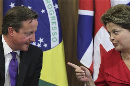 Britain's Prime Minister David Cameron (L) talks with Brazil's President Dilma Rousseff during a ceremony at the Planalto Palace in Brasilia September 28, 2012. REUTERS/Ueslei Marcelino