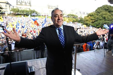 Scotland's First Minister and leader of the Scottish National Party (SNP), Alex Salmond, poses for photographers after his speech at a pro-independence rally in Princes Street gardens in Edinburgh, Scotland September 22, 2012. REUTERS/David Moir