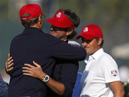 U.S. captain Davis Love III (L) congratulates Bubba Watson (C) and Webb Simpson (R) after they defeated Team Europe golfers Peter Hanson and Paul Lawrie on the 14th green during the afternoon four-ball round at the 39th Ryder Cup matches at the Medinah Country Club in Medinah, Illinois, September 28, 2012. REUTERS/Matt Sullivan