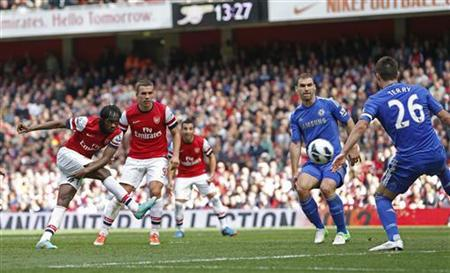 Arsenal's Gervinho (L) shoots and scores his goal against Chelsea during their English Premier League soccer match at the Emirates Stadium in London September 29, 2012. REUTERS/Eddie Keogh