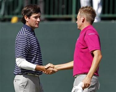 Team Europe golfer Ian Poulter (R) of England shakes hands with U.S. golfer Bubba Watson after winning their match on the 18th green during the morning foursomes round at the 39th Ryder Cup matches at the Medinah Country Club in Medinah, Illinois, September 29, 2012. REUTERS/Matt Sullivan