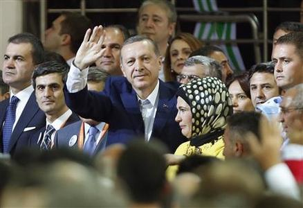 Turkey's Prime Minister and leader of ruling Justice and Development Party (AKP) Tayyip Erdogan (C) greets his supporters as he enters the hall during his party congress in Ankara September 30, 2012. REUTERS-Murad Sezer (TURKEY - Tags: POLITICS)