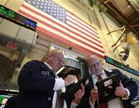 <p>Traders dans la salle des marchés du New York Stock Exchange. Entre statistiques chinoises, suspense espagnol et chiffres de l'emploi aux Etats-Unis, la première semaine d'octobre s'annonce chargée pour Wall Street mais les investisseurs n'excluent pas de bonnes surprises susceptibles de faire repartir la cote à la hausse. /Photo prise le 14 septembre 2012/REUTERS/Brendan McDermid</p>