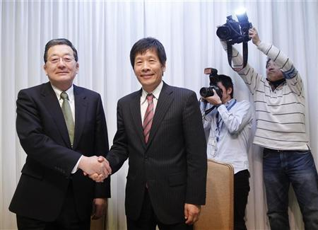 Nippon Steel Corp. President Shoji Muneoka (L) shakes hands with Sumitomo Metal Industries President Hiroshi Tomono at their joint news conference in Tokyo February 3, 2011. REUTERS/Kim Kyung-Hoon