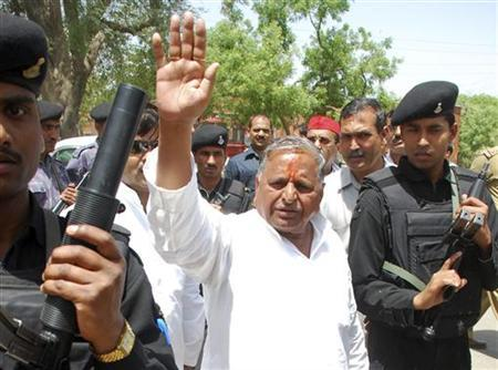 Samajwadi Party Chief Mulayam Singh Yadav waves to his supporters after he filed his nomination at Mainpuri in the northern Indian state of Uttar Pradesh April 17, 2009. REUTERS/Pawan Kumar