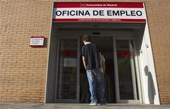 <p>Agence pour l'emploi à Madrid. Au total, il y avait 18,2 millions de chômeurs dans la zone euro en août, un record depuis la création de la monnaie unique en 1999. /Photo d'archives/REUTERS/Juan Medina</p>