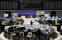 <p>Les Bourses européennes sont passées dans le vert à mi-séance mardi. Vers 10h50 GMT, le Dax avançait de 0,5%, le CAC 40 de 0,26% et l'Eurostoxx 50 de 0,66%. Madrid progressait de 1,5%. /Photo prise le 2 octobre 2012/REUTERS/Remote/Amanda Andersen</p>