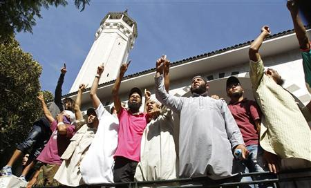 Protesters shout slogans during a demonstration against security forces seeking to arrest Tunisian Salafist leader Saif-Allah Benahssine over clashes at the U.S. Embassy, at the al-Fatah mosque in Tunis September 17, 2012. REUTERS/Zoubeir Souissi