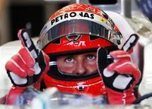Piloto de F1 Michael Schumacher gesticula durante sessão de treinos do GP de Cingapura. Michael Schumacher se prepara esta semana para uma de suas corridas favoritas na temporada sabendo que pode ser o último GP do Japão da carreira na Fórmula 1. 22/09/2012 REUTERS/Edgar Su