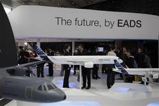 <p>Stand EADS au salon aéronautique ILA de Berlin. La France et l'Allemagne ne parviennent pas à s'entendre sur la future localisation du siège de la nouvelle entité qui serait formée par la fusion entre EADS et le britannique BAE Systems, selon une source proche du dossier. /Photo prise le 13 septembre 2012/REUTERS/Tobias Schwarz</p>
