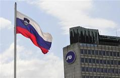 <p>A Ljubljana. La Slovénie risque d'être contrainte d'appeler à l'aide l'Union européenne et le Fonds monétaire international après avoir renfloué ses banques. Pour les analystes, cela pourrait se concrétiser d'ici le début de l'an prochain si le pays ne parvient pas à retrouver la confiance des investisseurs avant l'échéance de deux milliards d'euros de dettes mi-2013. /Photo prise le 23 juillet 2012/REUTERS/Srdjan Zivulovic</p>