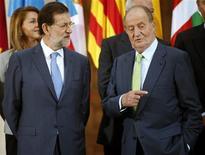 <p>Le roi d'Espagne Juan Carlos (à droite) et Mariano Rajoy, à Madrid. Selon le président du gouvernement, l'Espagne ne prévoit pas de solliciter très prochainement une aide de l'Union européenne, contrairement à ce qu'affirment certaines sources mardi. /Photo prise le 2 octobre 2012/REUTERS/Sergio Perez</p>