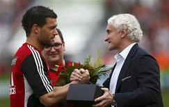 Michael Ballack (esquerda) do Bayer Leverkusen recebe flores e um relógio do diretor de esportes do Rudi Voeller durante uma cerimônia em Leverkussen, na Alemanha. 28/04/2012 REUTERS/Kai Pfaffenbach