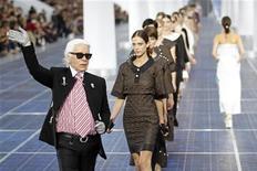 O estilista alemão Karl Lagerfeld (esquerda) aparece com modelos no final de sua coleção Primavera/Verão 2013 para a casa francesa Chanel durante a semana de moda de Paris, na França. 2/10/2012 REUTERS/Benoit Tessier