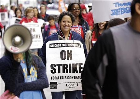 Chicago Teachers Union members strike outside the Chicago Public Schools headquarters in Chicago September 18, 2012. REUTERS/John Gress